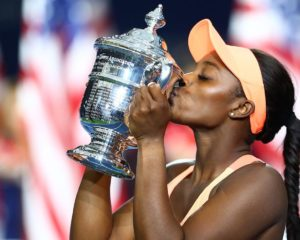 sloane-stephens-us-open-trophy-kiss-lead