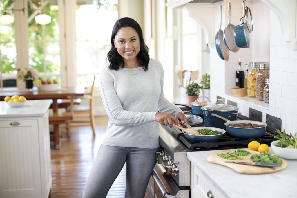ayesha-curry_kitchen_porcelain-enamel-blue-cookware_002_0554_tif
